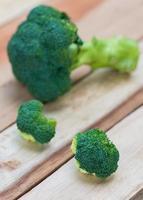 broccoli freschi su fondo di legno, tavola di legno dei broccoli foto