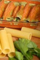 fare cannelloni verdi. pasta con spinaci e ricotta. foto