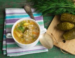 zuppa sottaceto. piatto di cucina russa foto