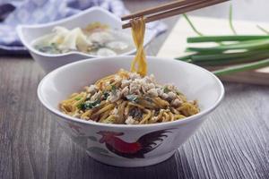 spaghetti di ramen di pollo con salsa di soia dolce foto