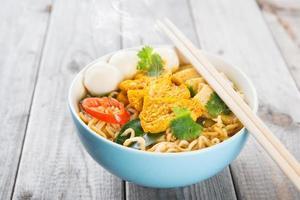 zuppa di noodles istantanei al curry foto