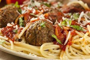 pasta fatta in casa con spaghetti e polpette foto