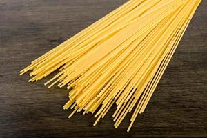 spaghetti italiani su tavola di legno foto