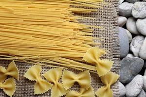 farfalle di spaghetti sulla tela di juta foto