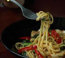 spaghetti piccanti con molti tipi di erbe. foto