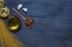 pasta con olio d'oliva e condimento foto