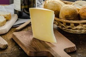 delizioso formaggio stagionato con baguette e vino croccanti foto