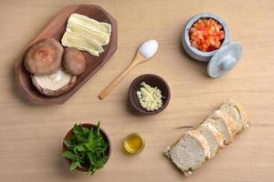 Mise italiana di bruschetta di funghi basilico e brie shitake foto