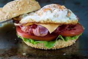 panino con pancetta e uova foto