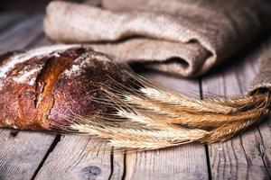 pane e grano freschi sul legno foto