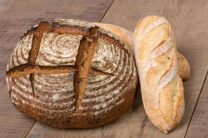 pagnotta di pane di segale fresco su un tavolo foto
