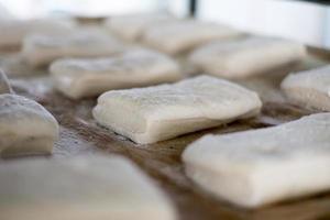 primo piano del pane di ciabatta sul vassoio foto