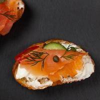 canape di finger food con salmone affumicato foto