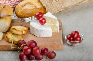 camembert fresco proveniente da allevamenti biologici foto