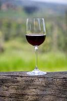 vino rosso in un bicchiere foto