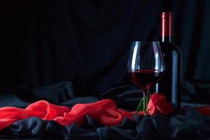 bottiglia e bicchiere con il rosso foto