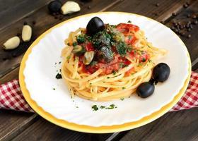 linguine pasta olive e capperi foto