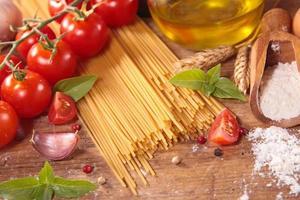 spaghetti e ingredienti crudi foto