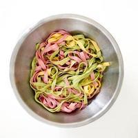 paste miste a 3 colori pronte da mangiare foto