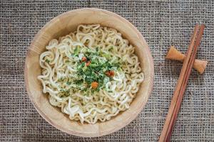 spaghetti istantanei in ciotola foto