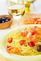 piatto di pasta spaghetti ai frutti di mare con gamberi foto