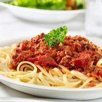 spaghetti con salsa di pomodoro e manzo