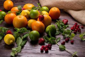 frutta, menta fresca e frutti di bosco. foto