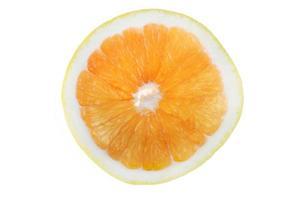 fetta di pompelmo che mostra segmenti isolati su sfondo bianco foto
