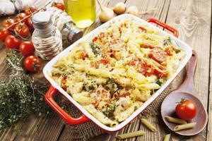 casseruola con pollo e broccoli foto