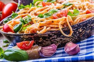 spaghetti alla bolognese con pomodoro allo sherry e basilico.