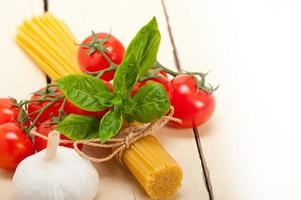 ingredienti di pasta italiana di base foto