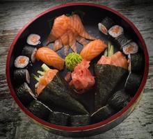 rotolo di sushi con nigiri e temaki. foto