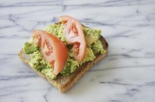 toast di avocado con pomodoro foto