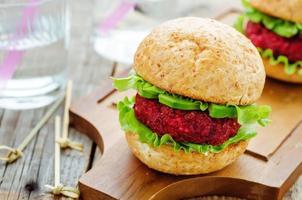 hamburger di quinoa, barbabietole e ceci foto