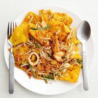 tagliatelle tailandesi fritte pad tailandese della Tailandia sul piatto bianco