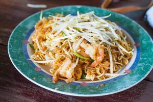 cibo tailandese, pad gamberi tailandesi, tagliatelle di stile tailandese foto