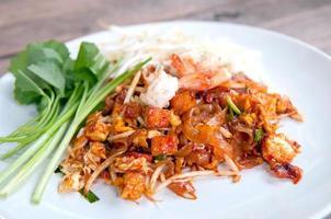 tagliatelle fritte tailandesi, cuscinetto tailandese foto