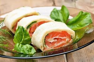 involtini di lavash con salmone e formaggio foto