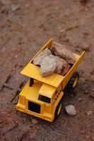 autocarro con cassone ribaltabile giallo del giocattolo foto