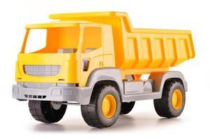 giocattolo di plastica dell'autocarro con cassone ribaltabile isolato su bianco foto