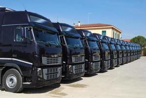 camion della flotta aziendale allineati foto