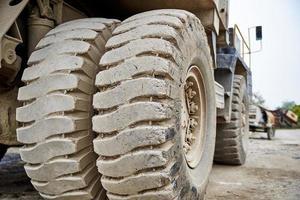 pneumatico dell'autocarro con cassone ribaltabile di raggio vicino foto
