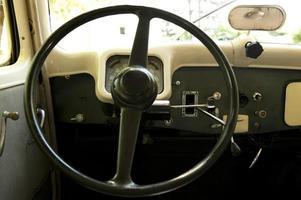 posizione di guida di una vecchia auto foto