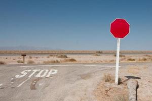 segnale stradale in bianco