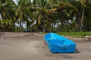barca sulla spiaggia della costa rica foto