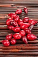 bacche fresche di corniolo sulla stuoia di bambù