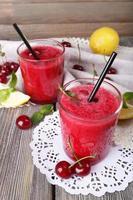 fresco cocktail di ciliegie fredde con menta e limone foto