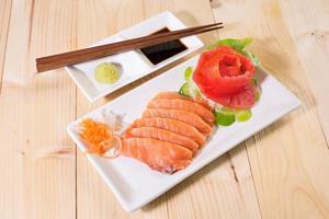 delizioso sashimi e wasabi, sul piatto bianco foto