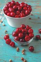 ciotola di ciliegie sul tavolo rustico foto