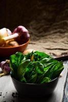 foglie di spinaci verdi foto